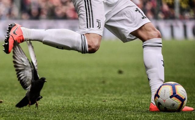 Očitno so nogometaši Juventusa vso svojo energijo usmerili v preobrat na povratni tekmi lige prvakov z Atleticom, saj so le nekaj dni pozneje doživeli sploh prvi prvenstveni poraz v letošnji sezoni. Z 2:0 jih je premagala Genoa. In to brez Cristiana Ronalda, ki je dobil nekaj počitka. Foto Marco Bertorello Afp