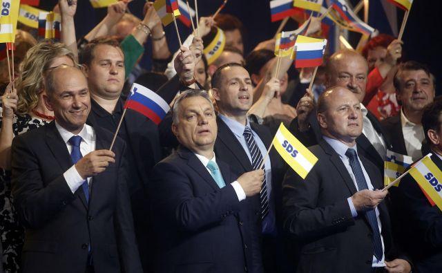 Na kongresu SDS leta 2018 je poleg Janeza Janše (skrajno levo) veliko pozornosti vzbujal tudi obisk predsednika Fidesza in predsednika madžarske vlade Viktorja Orbána (drugi z leve). Foto: Blaž Samec