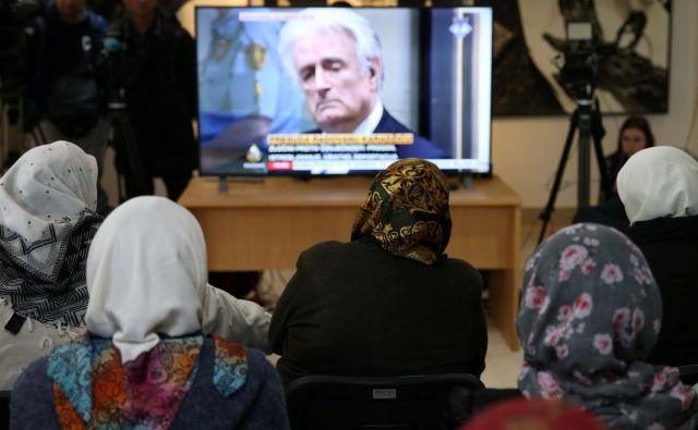 Karadžiću so v prizivnem postopku povišali kazen za genocid in druge zločine med vojno v BiH na dosmrtni zapor.Foto: Dado Ruvic/Reuters