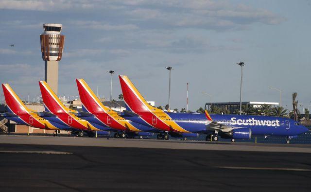Boeingova najnovejša potniška letala 737 max 8 čakajo na preverjanje varnosti, potem ko sta v petih mesecih dve strmoglavili kmalu po vzletu. Fotografiji AFP