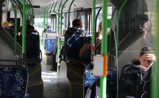 Še vedno je bolje, da se 40 ljudi pelje z dizelskim avtobusom, kot da se vsak posebej prevaža s svojim avtomobilom. FOTO: Tomi Lombar/Delo