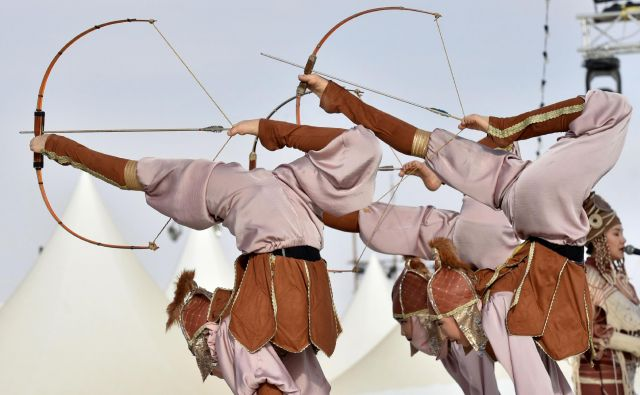 Kirgiški plesalci nastopajo na festivalu kamel, ki ga v puščavi Rumah organizira kralj Abdulaziz. Festivala v Saudski Arabiji se udeležijo večinoma beduini in nomadi iz vsega sveta. Foto Fayez Nureldine Afp