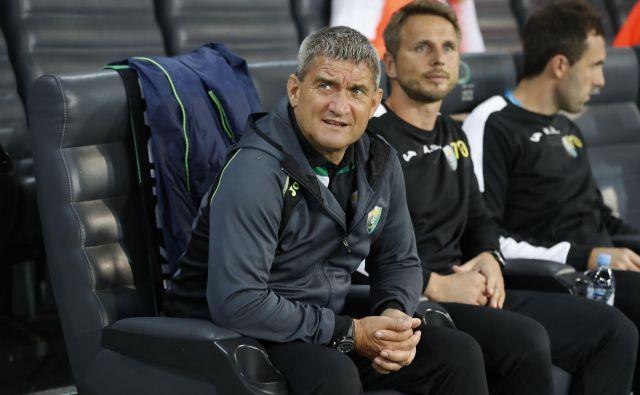 Marijan Pušnik (levo) bo odslej izbiral nogometaše in nadziral svojega naslednika na trenerskem stolčku Rudarja Almirja Sulejmanovića (v sredini). FOTO Leon Vidic/Delo