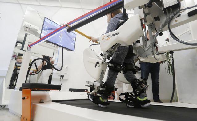 Lokomat, ena od naprav za robotizirano vadbo hoje, ki jo že uporabljajo v rehabilitacijskem centru Soča. Foto Leon Vidic
