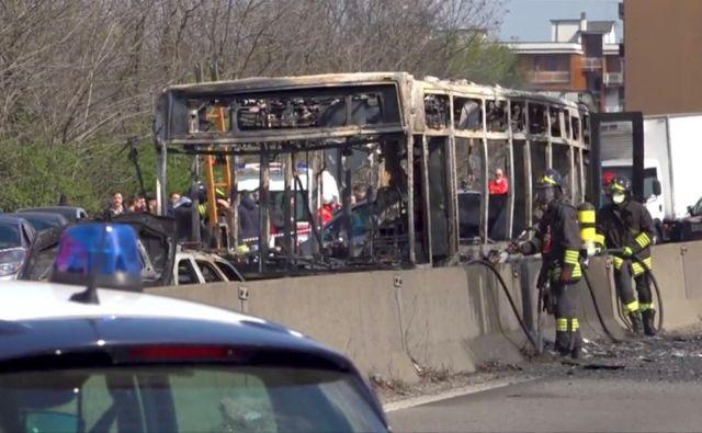 Ranjenih ni, dvanajst otrok in dva odrasla so zaradi zastrupitve z dimom sprejeli v bolnišnici. FOTO: Reuters