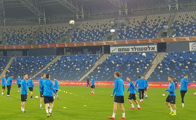 Slovenski nogometaši so sinoči preizkusili travnato površino na štadionu v Haifi. FOTO: J. S.