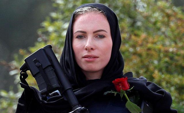 Policistka na pogrebni slovesnosti za žrtve terorističnega napada v Christchurchu. Po vsej državi je tudi pred mošejami okrepljena policijska prisotnost. FOTO: Jorge Silva/Reuters