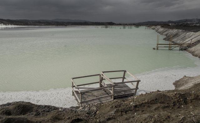 Na prvi pogled romantično jezero v Lukavcu domačini imenujejo Belo morje, v njem se kopičijo strupene industrijske odplake. V tej vodi riba ne preživi niti pol ure. FOTO: Voranc Vogel/Delo