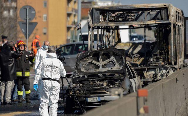 Od avtobusa, na katerem je voznik prisilno zadrževal 51 osnovnošolcev, je ostalo le sežgano ogrodje. FOTO: Flavio Lo Scalzo/AFP