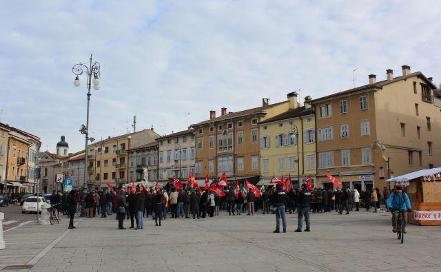 Na zakonitih demonstracijah in protestih je in bi še sodelovalo 60 odstotkov vprašanih. Na fotografiji protest v Gorici. Foto Blaž Močnik/Delo