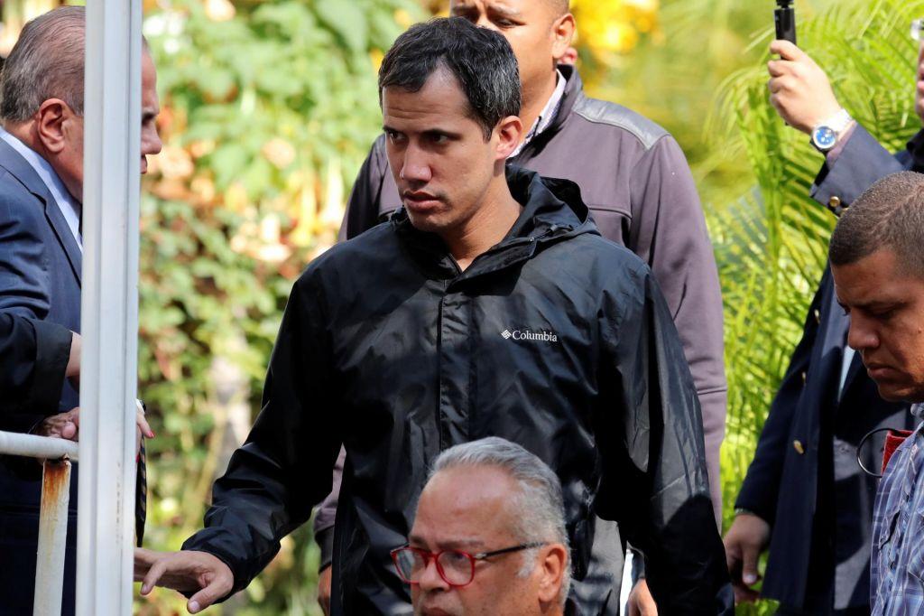 Aretirali desno roko Juana Guaidója