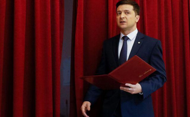 Pred volitvami najbolje kažekomiku Volodimirju Zelenskemu.Foto: Valentyn Ogirenko/Reuters
