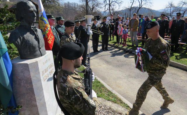 Pripadnik Slovenske vojske je položil venec k doprsnemu kipu Jurija Vege v Zagorici. FOTO: Bojan Rajšek/Delo