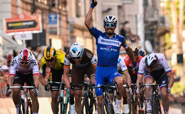 Julian Alaphilippe je dobil šprint, desno Matej Mohorič. FOTO: AFP
