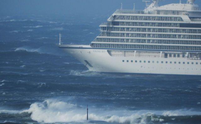 Norveška televizija NRK je predvajala posnetke križarke Viking Sky, ki je obtičala v morju pred obalo Hustadvike. FOTO: Reuters