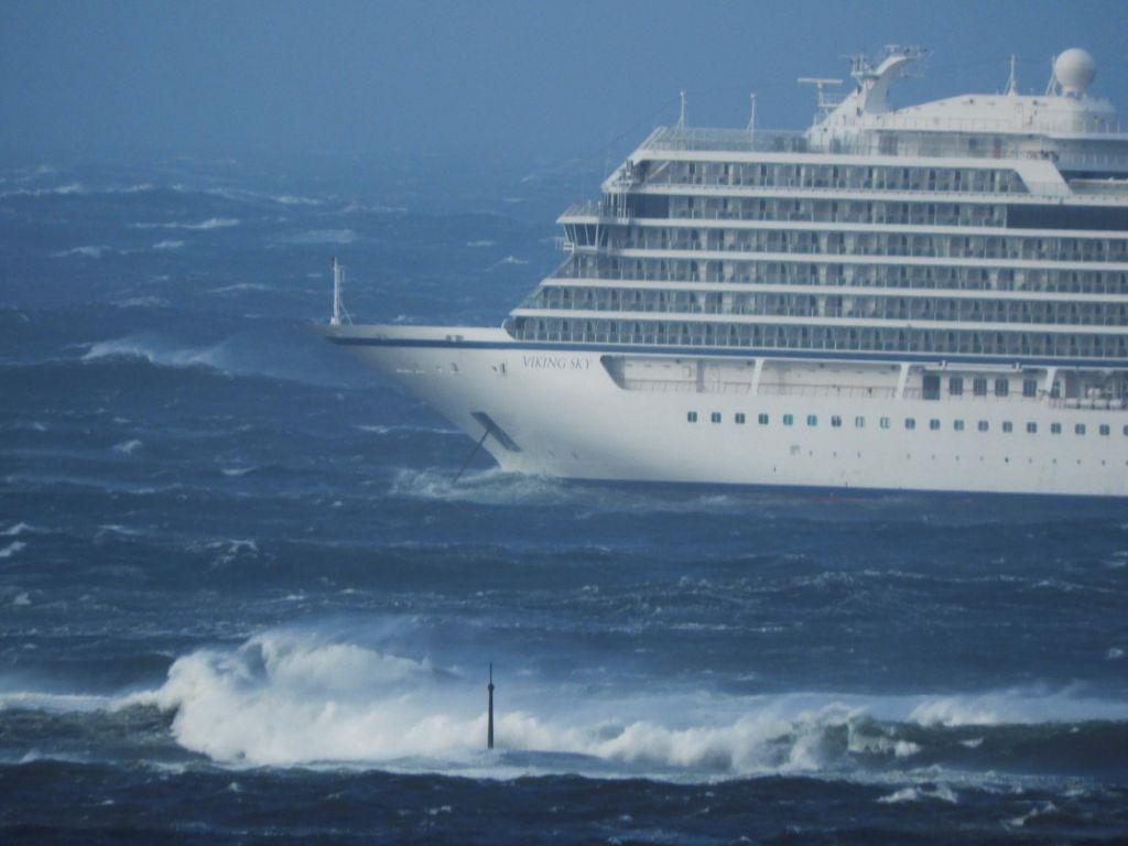 FOTO:Pred obalo Norveške v težavah križarka s 1300 potniki
