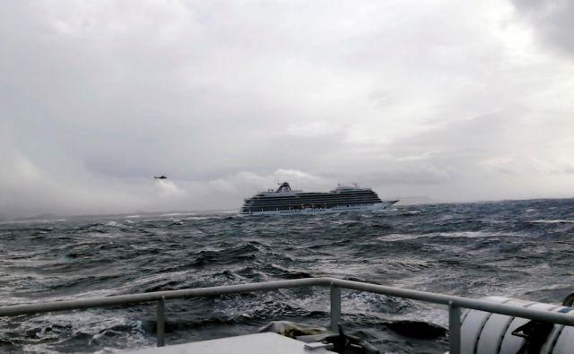 Križarka Viking Sky bi lahko trčila ob skalnato obalo. FOTO: Reuters