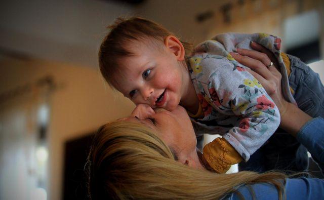 Po podatkih Sursa je v letu 2017 v Sloveniji rodilo nekaj manj kot 20 tisoč žensk, slaba polovica od teh je rodila prvič. FOTO: Blaž Samec