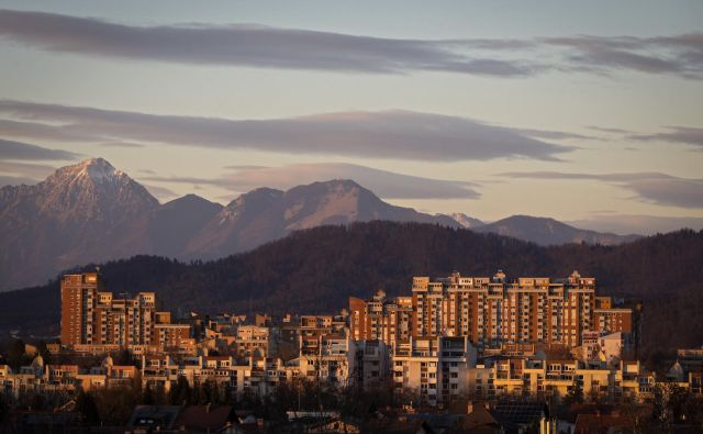 Skupno število vseh transakcij stanovanjskih nepremičnin v letu 2018, izvedenih v Sloveniji, je bilo 9421, kar je za približno 14 odstotkov manj kot v letu prej, ko je bilo najvišje doslej. FOTO: Matej Družnik/Delo