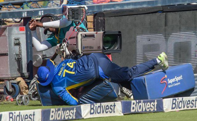 V Johanesburgu sta se v kriketu pomerili reprezentanci Južnoafriške republike in Šrilanke. Med tekmo je prišlo do manjše nesreče, ko je med lovljenjem Šrilančan Angelo Perera nerodno priletel v kamermana.Foto Christiaan Kotze Afp