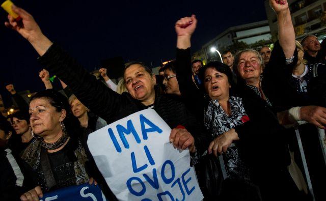 Protestniki napovedujejo, da bodo vztrajali na ulicah, dokler si oblast ne bo premislila zaradi strahu pred neredi. FOTO: Stevo Vasiljević/Reuters