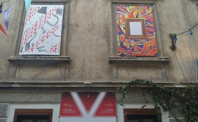 Plakati strpnosti na hiši Mini teatra v Križevniški ulici Foto Silva Čeh