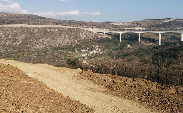 Prvi kilometer dostopne ceste do gradbišča pri Tinjanu je že zasnovan. Foto Boris Šuligoj