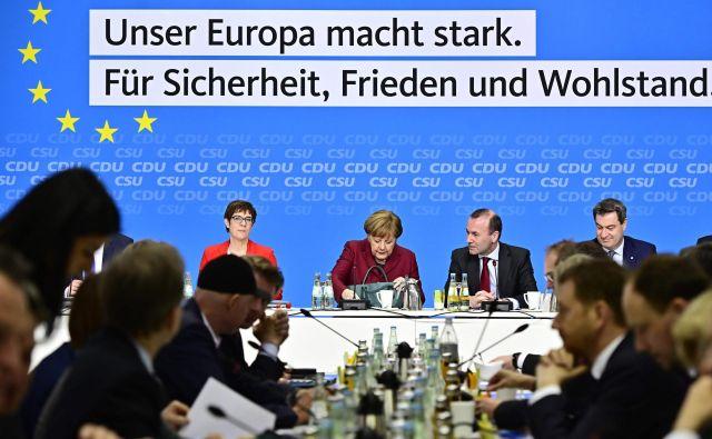Nemške sredinske stranke ne tekmujejo le z domačimi nacionalisti, temveč vse bolj tudi druga proti drugi. Foto: Tobias Schwarz/Afp