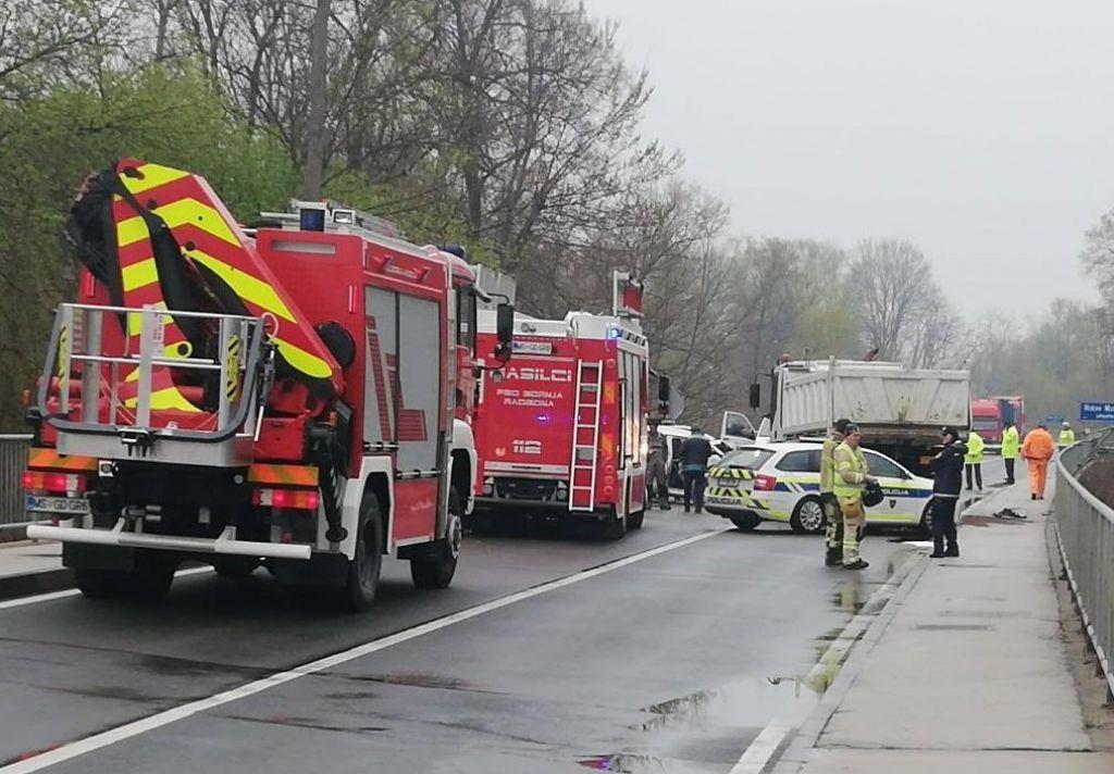 V trčenju s tovornjakom umrla voznica osebnega vozila