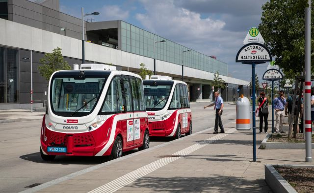 Samovozeča električna minibusa bosta aprila začela brezplačno voziti po 2,2 kilometra dolgi progi v novi stanovanjski soseski do postaje podzemne železnice. FOTO: Wiener Linen