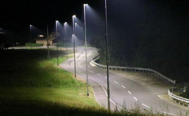 Razsvetljava, ki po nepotrebnem obremenjuje občinski proračun. FOTO: Franc Dornik