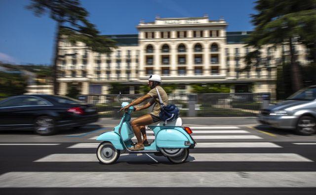 Motorist mora biti pri vožnji pozoren vsak trenutek na več stvari sočasno, svetuje Igor Velov, direktor AVP. FOTO: Voranc Vogel