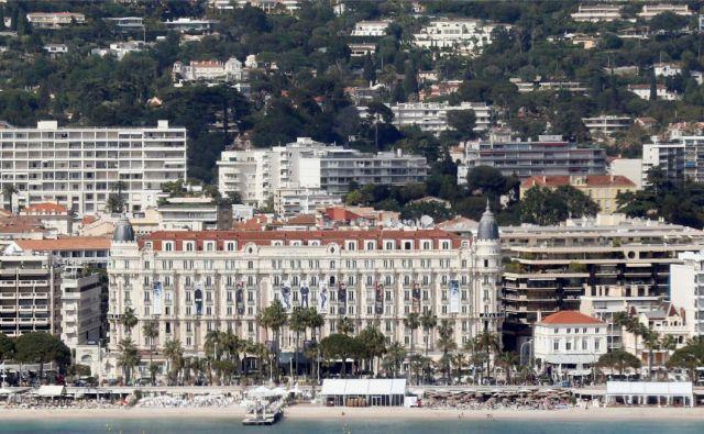 Cannes je arhitekturno lepo mesto z ljubkim starim delom na hribčku Suquet, ni preveliko in nima odurnosti nekaterih sredozemskih mest.