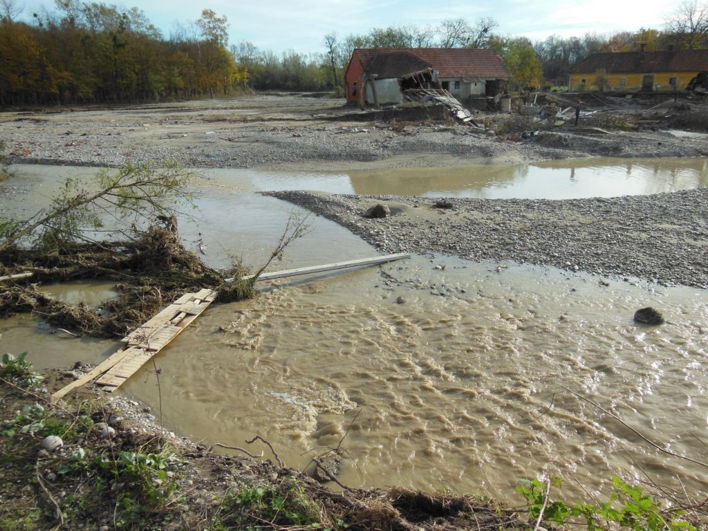 FOTO:Poplave odnašajo pridelek in rodovitno zemljo