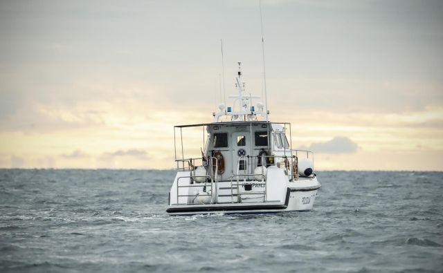 Hrvaški policijski čoln Krapanj, med patruljiranjem v spornem območju Piranskega zaliva. Foto Uroš Hočevar