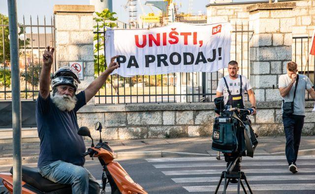 Ladjedelnica Uljanik v Pulju je že leta prizorišče ostrega sindikalnega boja za redne plače. Račun v obliki odvzema prostosti so zdaj dobili še menedžerji. FOTO: Danijel Bartolić/Cropix