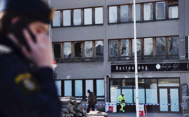 Razbita okna in poškodbe na zgradbi po eksploziji v Stockholmu. FOTO: Reuters