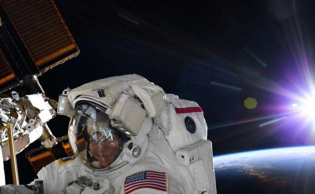 Anne McClain je te dni kot 13. ženska iz vesoljske postaje stopila v vesoljski prostor. FOTO: Reuters/Nasa
