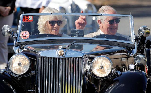 Britanski princ Charles in njegova soproga Camilla sta se med obiskom Havane pozabavala s starodobniki. FOTO: Reuters