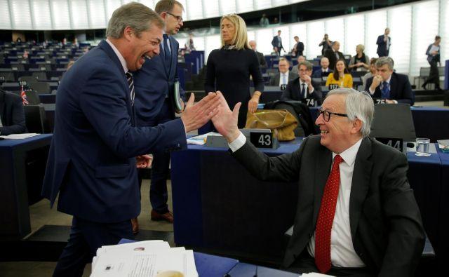 Če bo brexit preložen, utegne razvpiti evroskeptik Nigel Farage spet kandidirati za stolček v evropskem parlamentu. Rad se šali tudi s predsednikom evropske komisije Jean-Claudom Junckerjem. FOTO: Vincent Kessler/Reuters