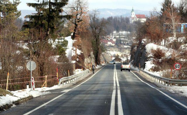 Po nesreči so hitrost omejili na 60 kilometrov na uro in smerni vozišči ločili z dvema neprekinjenima črtama. FOTO: Marko Feist