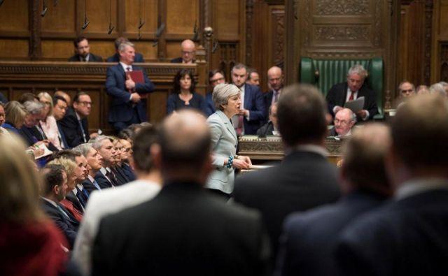 Theresa May se bo umaknila s položaja britanske premierke, če bodo njeni kritiki iz konservativnih vrst na prihajajočem tretjem glasovanju podprli sporni ločitveni sporazum. FOTO: Reuters