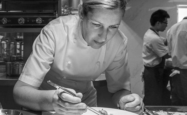 Clare Smyth med ukazovanjem svojim osemnajstim kuharjem menda ne preklinja nič slabše kot Ramsay. Foto Core by Clare Smyth