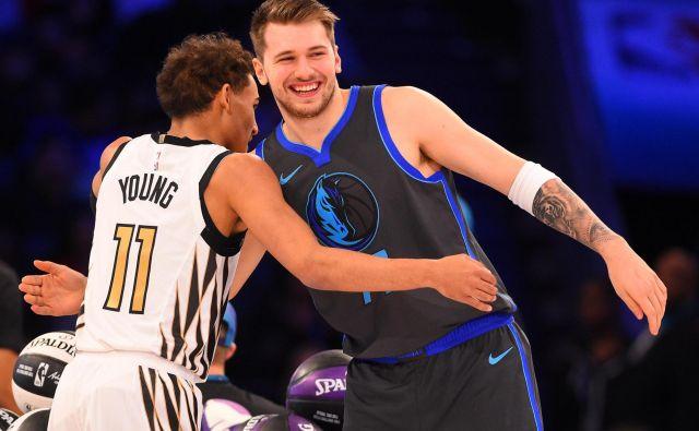 Trae Young (levo) je edini, ki lahko ogrozi Luko Dončića v izboru za novinca leta v ligi NBA. Foto Reuters