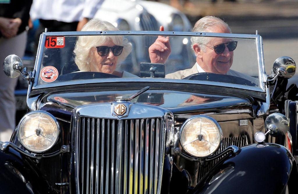 FOTO:Princ Charles in Camilla v oldtimerju odkrivala Havano