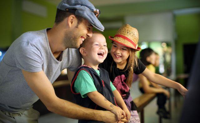 Za krpanje odnosov, tudi že zelo porušenih, nikoli ni prepozno, najbolj primeren čas pa so prazniki in počitnice. Si je pa za otroke treba vzeti čas, jim prisluhniti in jim nameniti tudi kakšen dotik. Te otroci potrebujejo bolj kot kruh, pravi specialni pedagog Marko Juhant. FOTO: Jure Eržen/Delo