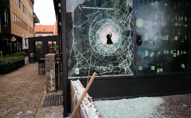 Kot je razvidno tudi iz fotografij, je razbito steklo na vzhodni strani restavracije Rožmarin zelo očitno. Policisti so zjutraj s trakom ogradili ulico med Gosposko in Vetrinjsko zaradi škode, ki jo je domnevno povzročilo eksplozivno telo.<br /> FOTO: Tadej Regent