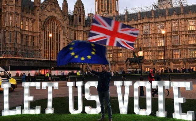 Če parlament še enkrat zavrne ločitveni sporazum, bodo britanski poslanci že v ponedeljek nadaljevali nezavezujoče glasovanje o alternativnih možnostih. FOTO: Reuters