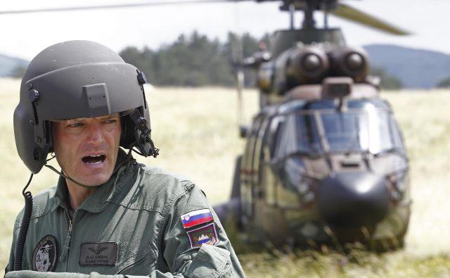 Piloti preletavajo vadbišče vsak dan, vojska pa se je samovoljno in v nasprotju z jasnimi navodili ministra Karla Erjavca odločila za streljanje s težko oborožitvijo do zgodnjih jutranjih ur. Foto Tomi Lombar