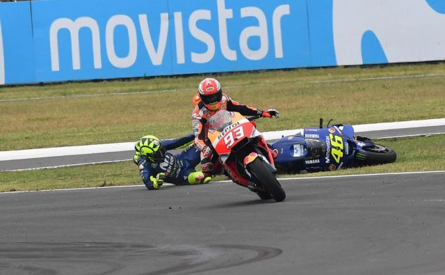 Tako je bilo lani: Valentino Rossi je obležal na asfaltu in požugal Marcu Marquezu. FOTO: Motogp.com